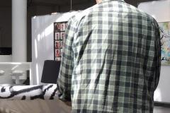 Künstler Jörg Düsterwald bei der Arbeit an einem Leinwandgemälde