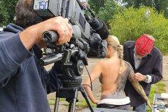 NATUR Bodypainting Fernsehreportage MakingOf FLUSSWEHR  (Fotomodell: Daniela / Projektfotograf: T. Skupin)