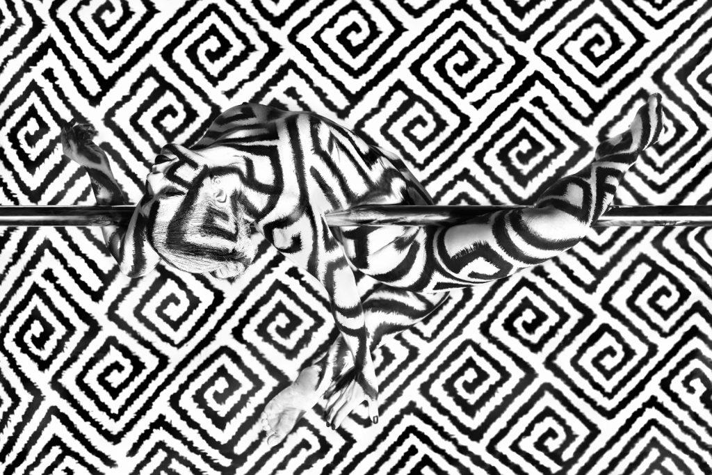 Poledance Bodypainting schwarzweiss vom Künstler Jörg Düsterwald mit Poledancerin und Bodypaintingmodell Jessica, fotografiert von Fotograf Markus Hermann im Juli 2019 in Heilbronn