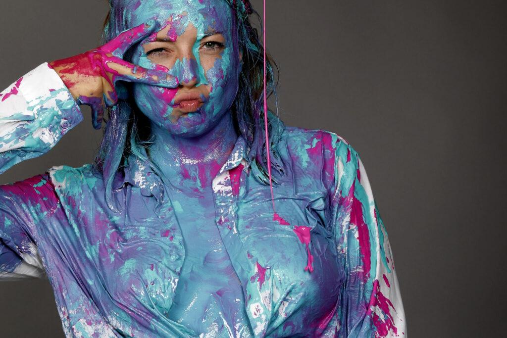 Bei einer experimentellen Studioperformance versieht Künstler Jörg Düsterwald sein Fotomodell Alena künstlerisch und kreativ mit Farbe, Fotograf Tschiponnique Skupin hält die Sequenzen fotografisch fest. Hameln am 14. Juni 2020