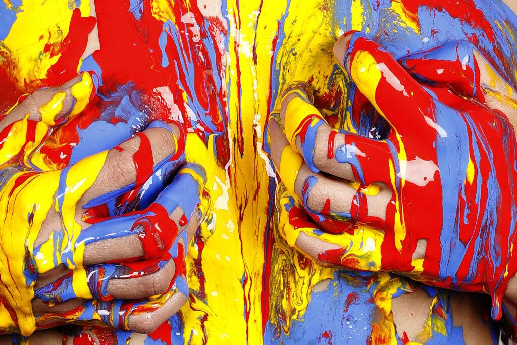 Bei einer experimentellen Studioperformance versieht Künstler Jörg Düsterwald sein Aktmodell Sophie künstlerisch und kreativ mit Farbe, Fotograf Tschiponnique Skupin hält die Sequenzen fotografisch fest. Hameln am 24. Mai 2020