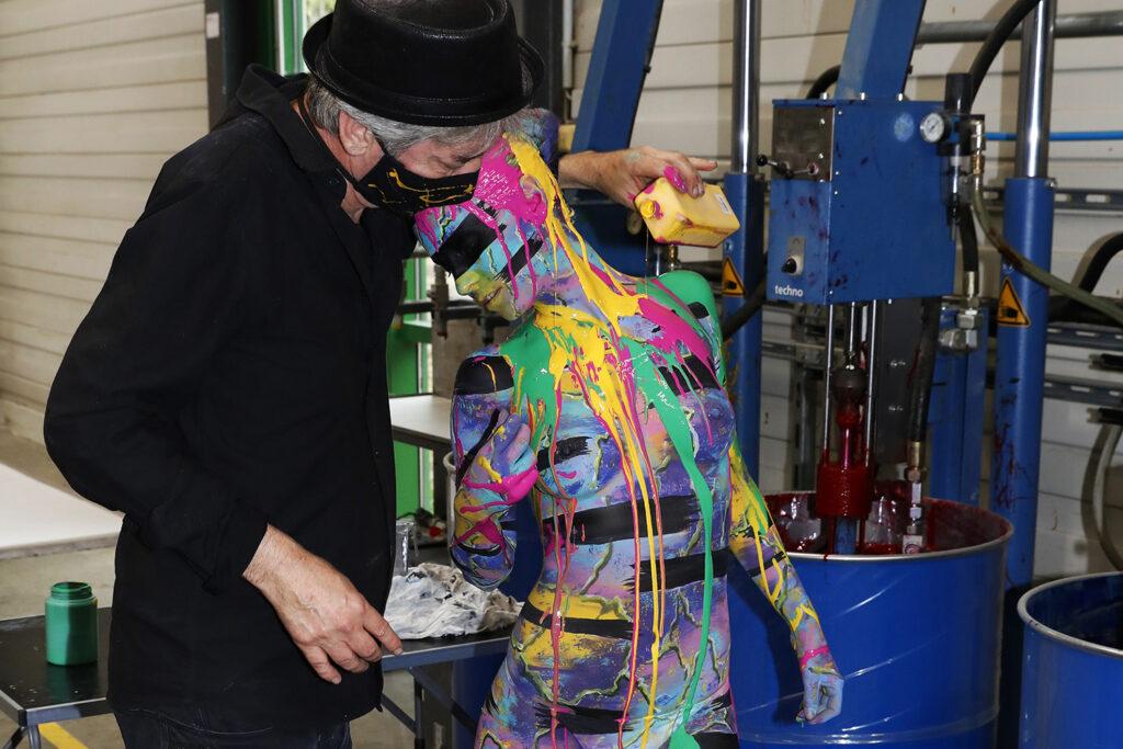 Jörg Düsterwald, einer der bekanntesten Bodypainting- und Bodyartkünstler Deutschlands macht auf seine ganz eigene Art auf die prekäre Situation freischaffender Künstler während der Corona-Pandemie aufmerksam: Unter dem Hashtag #WirzeigenFarbe hat der Hamelner Künstler in der Produktionshalle der Druckerei QUBUS media mit seinem Model Lisa ein ausdruckstarkes Live-Bodypainting inszeniert - denn Künstlerinnen und Künstler wie er sehen und fühlen sich derzeit wortwörtlich 'ausgezogen bis aufs letzte Hemd'. Und nichts symbolisiert diesen bekannten Spruch besser als ein Bodypainting auf nackter Haut in einer Umgebung, in der es jeden Tag um Farbe geht.Die Live-Performance fand mit dem zeitgleichen Druckstart von Jörg Düsterwald's neuem Premiumkalender 'Bodypainting in Nature 2021' statt. Hannover, 14.07.2020