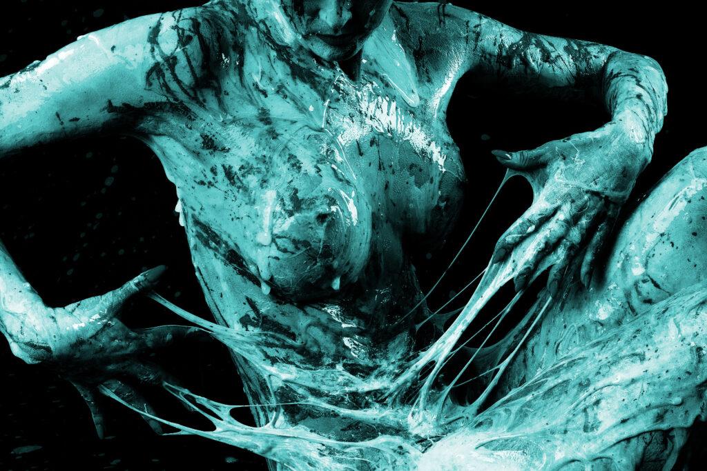Bei einer experimentellen Studioperformance versieht Künstler Jörg Düsterwald das Aktmodell Marielena künstlerisch und kreativ mit Neonfarbe und Bodyschleim, Projektfotograf Alexander Grosse-Strangmann hält die Sequenzen fotografisch fest. Kunstatelier Jörg Düsterwald in Hameln am 28. Dezember 2020