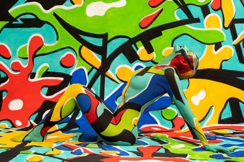 Bei einer Studioperformance versieht Künstler Jörg Düsterwald für eine private Auftragsarbeit das Fotomodell künstlerisch und kreativ mit Farbe, Projektfotograf Dennis Largo Schulz hält die Sequenzen fotografisch fest. Kunstatelier Jörg Düsterwald in Hameln am 04. Oktober 2020
