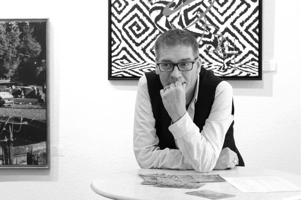 Künstler Jörg Düsterwald zeigt sich zufrieden über seine aktuelle Vernissage und Ausstellung seiner Bodyart-Bildwerke