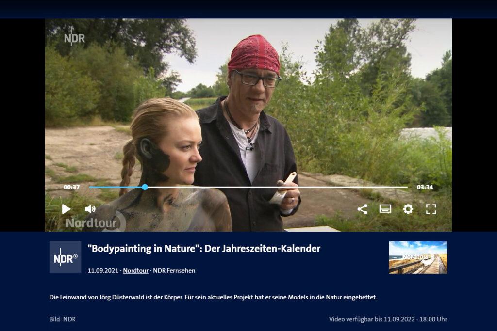 Ein Kamerateam des Fernsehsenders NDR begleitet den Künstler Jörg Düsterwald bei der Realisierung eines Bodypainting-Motives für sein Kunstprojekt NatureArt