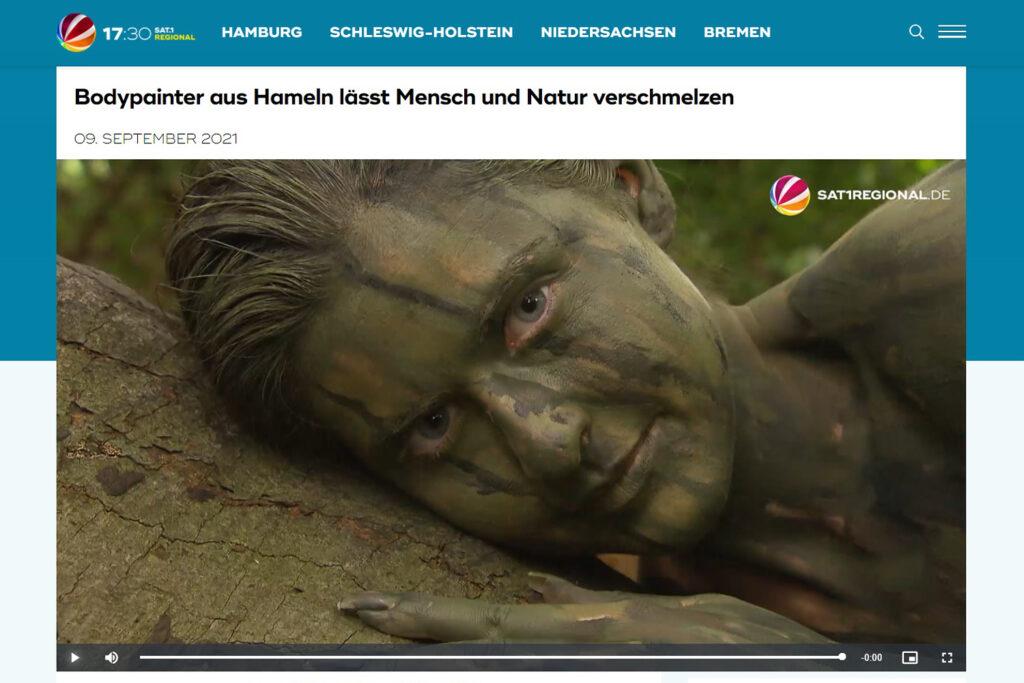 Ein Kamerateam des Fernsehsenders SAT.1regional begleitet den Künstler Jörg Düsterwald bei der Realisierung eines Bodypainting-Motives für sein Kunstprojekt NatureArt